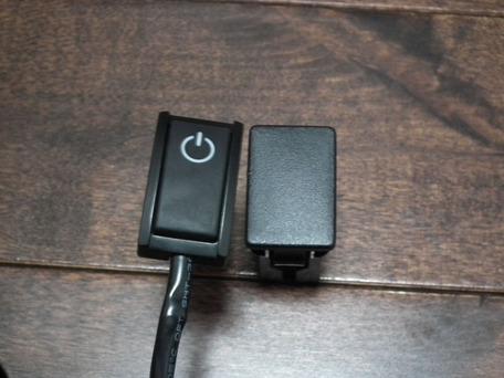 貼り付けプッシュスイッチとスペアスイッチホール用カバーの比較1
