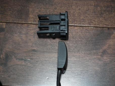 貼り付けプッシュスイッチとスペアスイッチホール用カバーの比較2